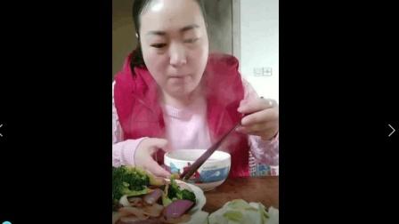 美食小吃货;大姐吃饭, 下厨做了腊八粥, 西蓝花炒洋葱, 一个人吃三个菜!
