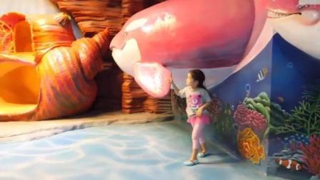 宝宝来到海洋世界,和鲸鱼合影,钻进贝壳里玩耍