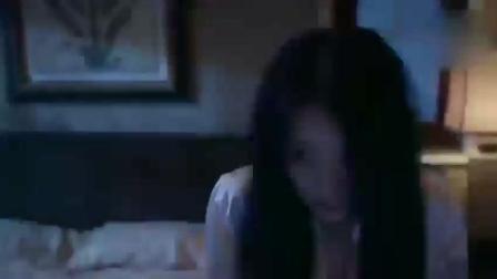 身穿睡衣的性感美女, 正准备睡觉时, 突然闯进一个男人!