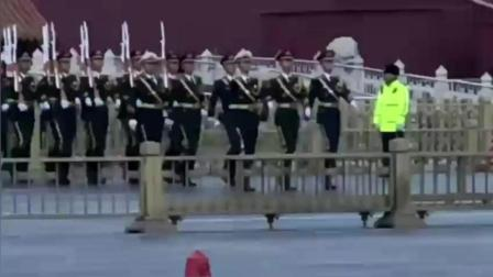 解放军三军仪仗队霸气出场, 动作整齐划一像复印的一样, 帅到窒息