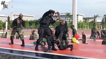 印尼军队表演喝蛇血迎美国防部长