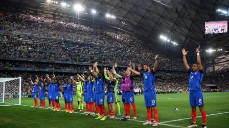 震撼人心! 只有足球可以这样, 冰岛用维京战吼送别英格兰!