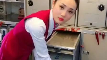 飞机上搬矿泉水的小空姐最可爱, 给个赞!