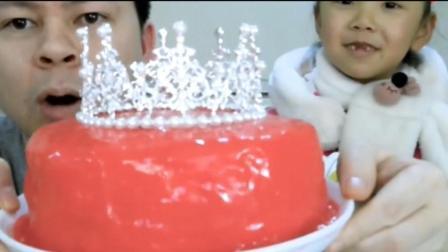 爸爸说吃完皇冠蛋糕就可以当公主了, 看女儿怎么吃完它