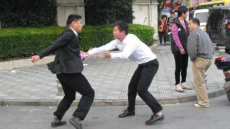 """两兄弟为女人当街互殴 因红颜祸水""""血染双手"""""""