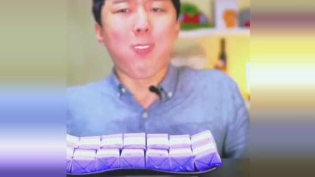 韩国小哥吃香芋味冰淇淋, 一口咬下去脸色都变了