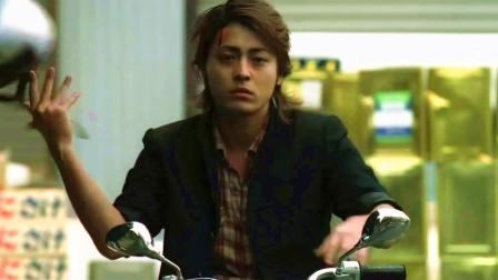 不愧是万兽之王芹泽多摩雄, 开着摩托车就敢直接对撞汽车!