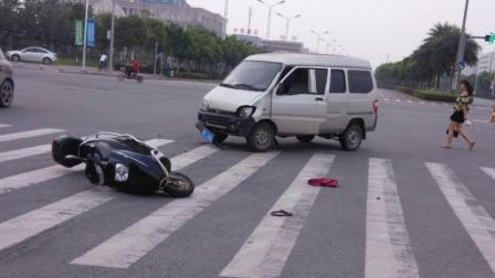 十字路口, 货车闯红灯撞飞电瓶车, 交警看了眼监控, 活该被撞