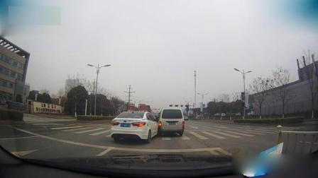 路口超车被撞还要赔钱, 司机这次脸都绿了!