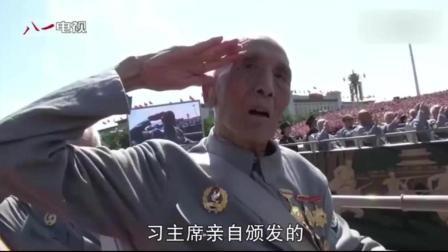 102岁老八路展示勋章, 寄语解放军: 要记住为谁扛枪, 为谁打仗!
