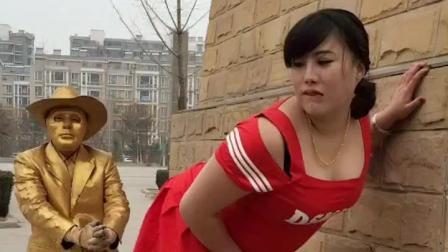 街头恶搞: 两个美女在街上都这样打起来了!