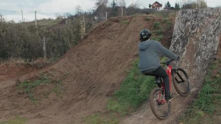 外国小哥的场地速降山地车练习, 热血沸腾。