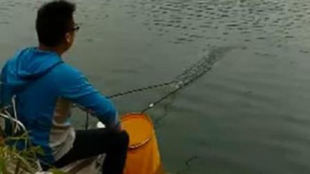 真想一脚把他踹下河, 有和我一个想法的钓鱼人请举手!