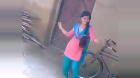 印度女孩直播跳舞 我全程就看她旁边的那辆车