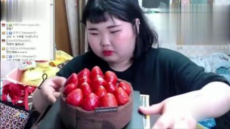 大胃王胖胖小妹吃巧克力草莓蛋糕、炸鸡块、泡面