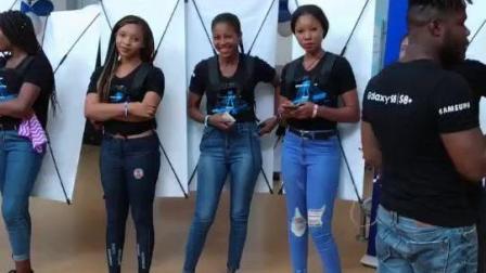 非洲纪实: 赞比亚商业街正在举行活动, 当地的黑人超模个个拥有大长肥腿
