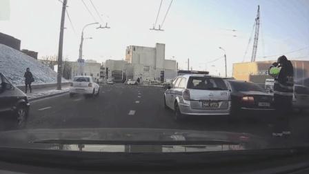 奥迪看到警察就害怕, 这下好了, 跑不掉还撞警车!