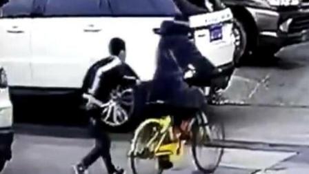 男孩尾随骑车女子 偷盗手机手法娴熟