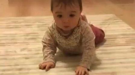 妈妈用玩具吸引小宝宝学爬,小宝宝慢慢学会爬过来了!