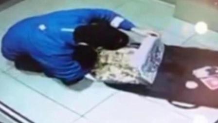 爆蕉头条 外卖小哥电梯偷食顾客披萨 老板:已解雇