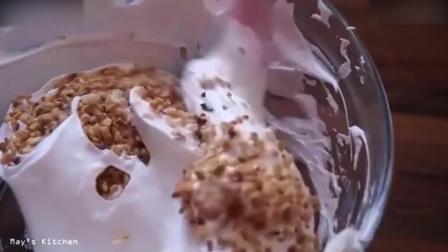 西点烘焙教程烘焙教学-榛子烤布林蛋白饼2打发淡奶油