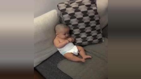 8个月萌宝看电视太入神, 被妈妈发现后的反应, 简直萌翻了
