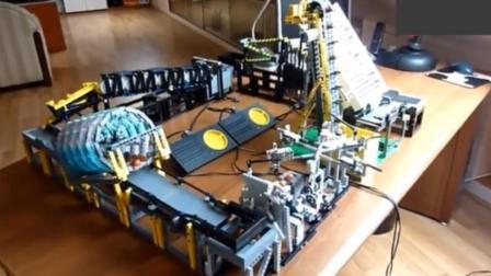 十万块的乐高玩具拼起来的! 能让整个世界动起来
