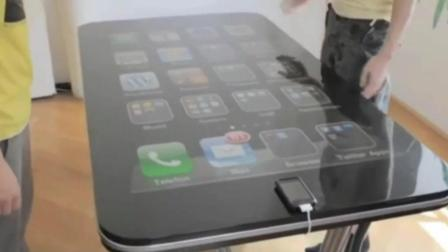 超大号苹果手机? 高科技桌子? 看连上网络后发生什么