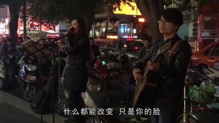 朝阳卖唱情侣弹唱《一瞬间》一首很受欢迎的民谣