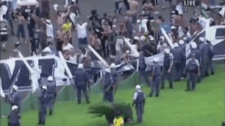 32岁罗纳尔多转会巴甲的第一个进球, 引发了全场球迷的暴乱!