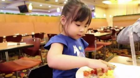 中国女孩在美国养父母家得到所有人的宠爱, 全家人带她一起吃帝王蟹大餐