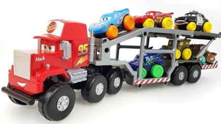 玩具大卡车装载各种小赛车