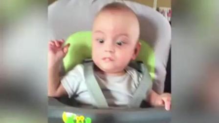 宝宝第一次看到会动的玩具, 惊的目瞪口呆, 周围人都笑翻了
