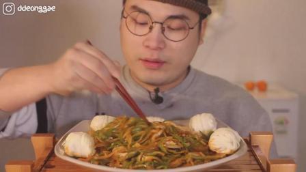 韩国ASMR吃播: 大胃王胖哥吃一大盘花卷和炒杂菜, 这貌似是中国菜