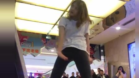 妹子玩跳舞机气场太强大, 后面围观的人可真不少