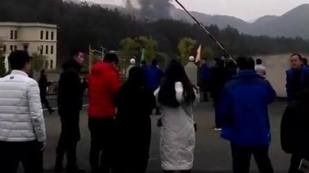 现场直击: 空军训练机坠落贵州村庄! 伤亡不明, 为人民子弟兵祈福!
