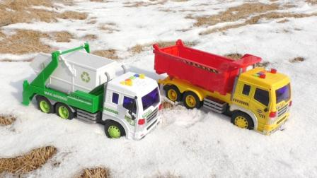 工程车玩具视频: 垃圾车和大卡车一起清理野外的积雪工作现场演示