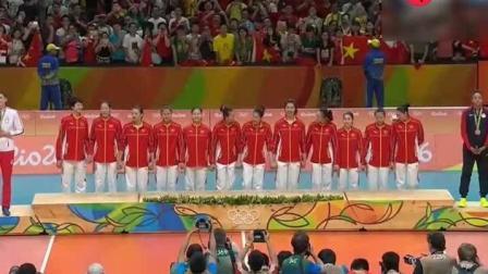 里约奥运女排颁奖仪式, 听着国歌泪流满面, 为我们的女排姑娘骄傲