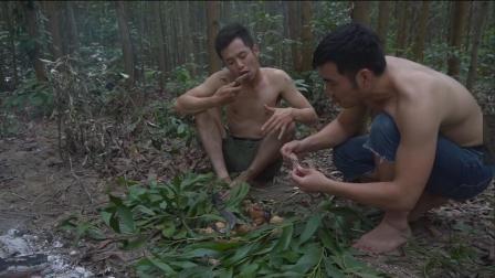 原生态! 俩小伙在野外又抓到野味了, 这次用泥糊闷着吃!