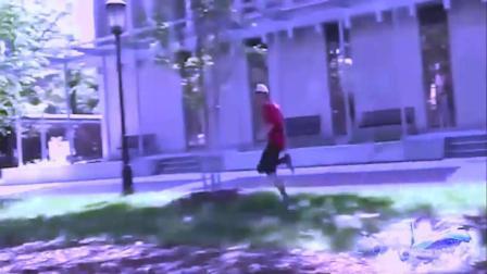 歪果仁恶搞路人 国外小伙作死 向路人投掷水球!