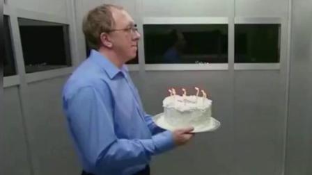 外国友人真会恶搞, 送个蛋糕进电梯还被浇了一身湿