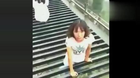 游客在玻璃栈道上拍照, 刚准备拍, 突然意外的一幕发生