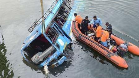 印度一公交车坠河36死