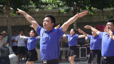 """向大妈宣战! 这位35岁农村小伙才是""""广场舞龙卷风"""", 就服你"""