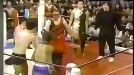 成龙早年在国外的一段拳击视频, 貌似个日本选手揍得不轻啊