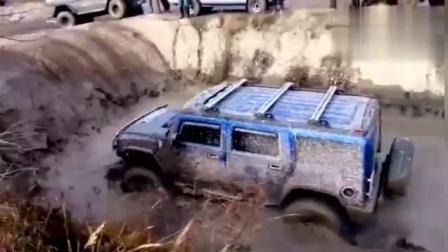 奔驰G500悍马H2和牧马人在泥浆较量    你说哪个会是越野王呢!