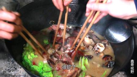 农村小哥做了一个火锅, 一家人抢着吃, 根本不够吃