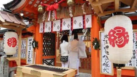 日本地主神社 人气超旺 全世界的单身狗都来祈求姻缘