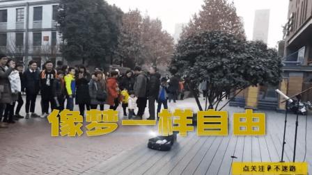 街头歌手陈吉强弹唱《像梦一样自由》, 启迪了多少孩童的音乐梦想