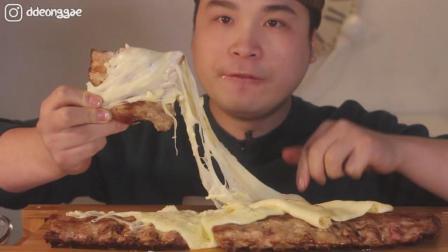 韩国ASMR吃播: 胖哥吃三条猪肋排, 配上芝士大口啃的满嘴都是油!